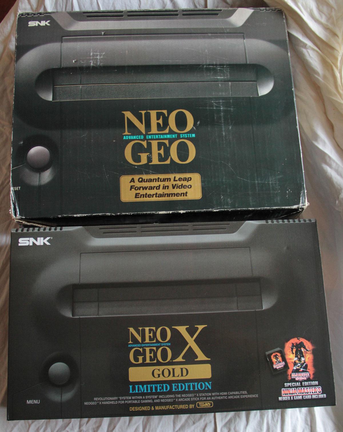 Comparaison de la boite de la Neo Geo AES et de la Neo Geo X Gold.